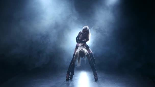 Paar sexy Mädchen tanzen zusammen in dunklen rauchigen studio