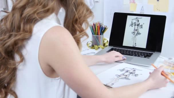 Umělec v jeho kanceláři, kreslit nové oblečení pro dívky