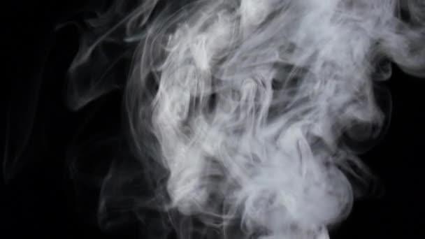 Intenzivní tok bílé mlhy proudy zdola, pomalý pohyb