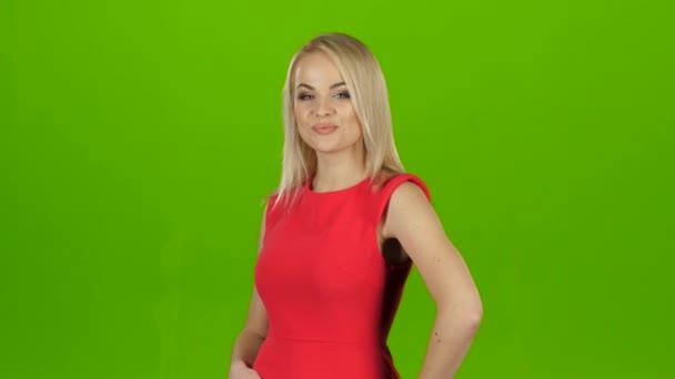 Блондинка позирует перед камерой