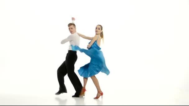 Pár hivatásos táncosok végre latino fehér stúdió háttere