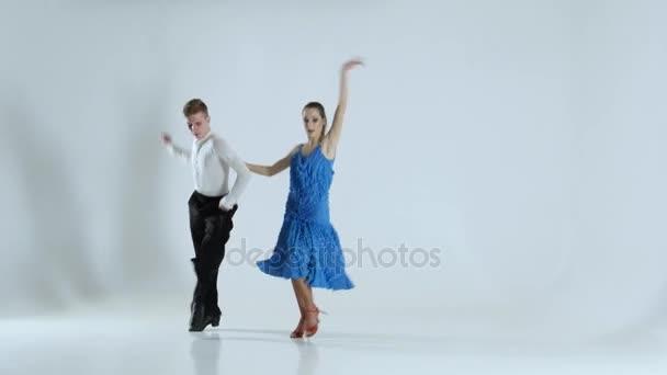 paar anmutige Tänzer führen Latino auf weißem Hintergrund auf, Schatten