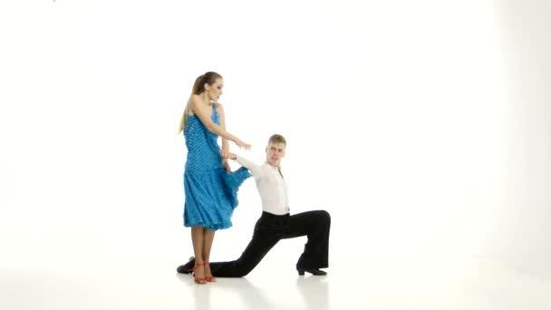 Pár půvabných tanečníků provést tango bílá studio pozadí