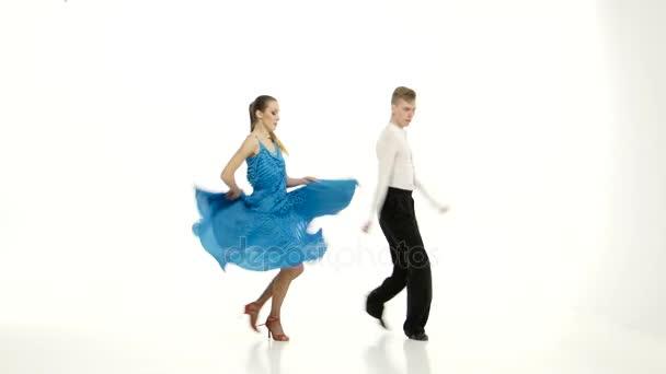 Tango taneční pár elegantních tanečníků na bílém pozadí