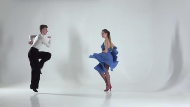 Pár táncol rumba fehér háttér, árnyék. Lassú mozgás