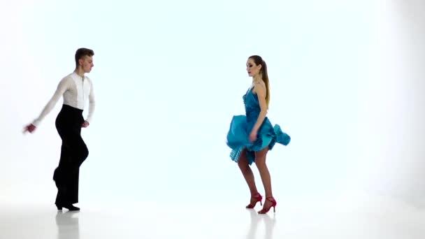 Několik mistrů tanečníků provést samba, zpomalené. Studio bílá