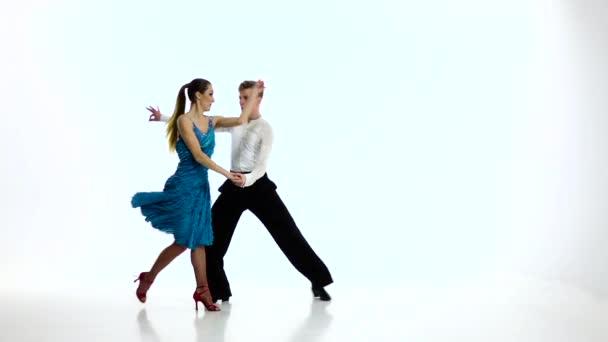 A bajnok táncosok pár végre latino, lassú mozgás. Fehér stúdió