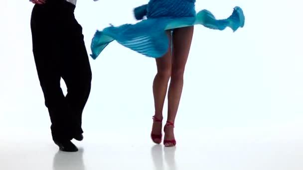 Füße Paar Standardtänzer führen Samba, weißer Hintergrund. Zeitlupe
