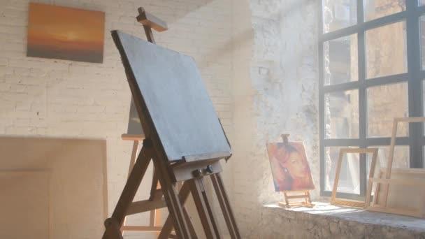 Jasné plátna na dřevěný stojan připraven být namalován v výtvarná dílna