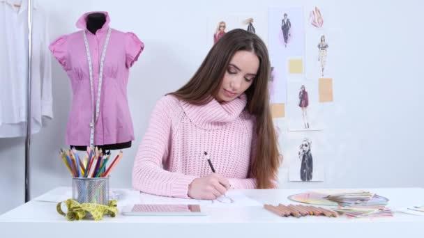dc518fc30a811 Дизайнер рисует эскизы для моды журнала Женская одежда– стоковое видео