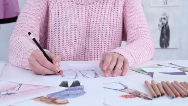 Značkové šaty ruce vytvářet krásné kresby s tužky pro časopis oblečení. Detailní záběr