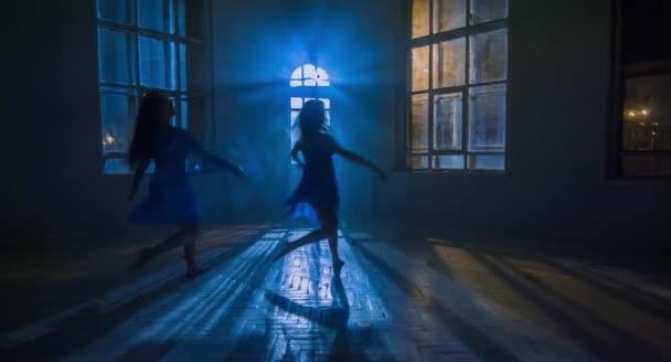 best service e1d28 078f2 Moderne Ballerinas zwei Mädchen führte Theater Tanz im Mondschein,  silhouette