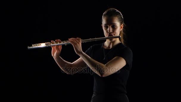 Девушка играющая на флейте сексуально