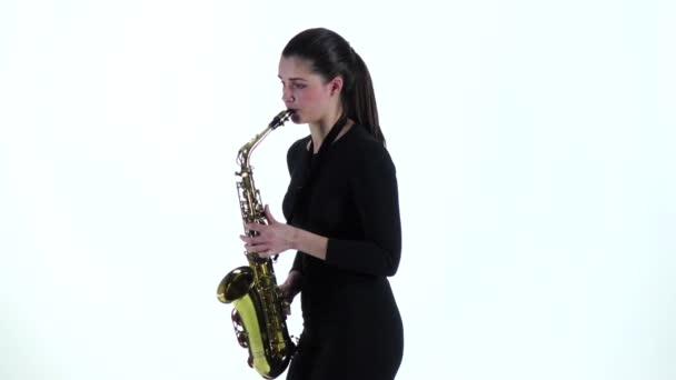 Fekete ruhás nő játszik szaxofon dallam. Lassú mozgás