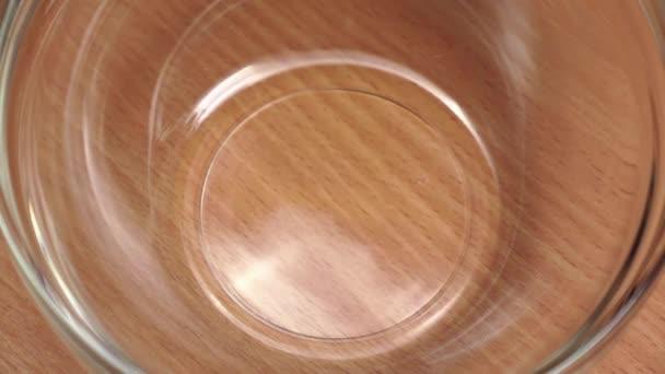 Vollkorn trocknen Mais in Glasplatte, Nahaufnahmen. Zeitlupe