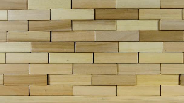 Zdi z dřevěných kostek přestávky z dopadu, pomalý pohyb
