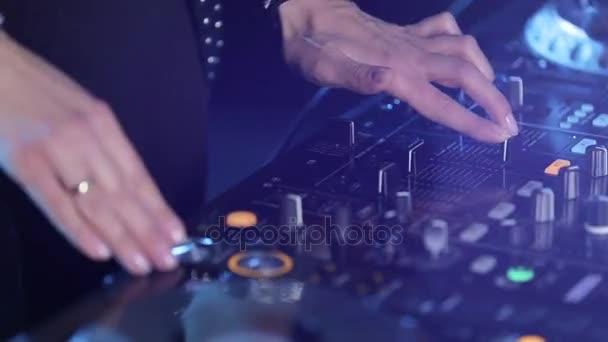 Ženské mixování hudby pomocí Dj mixer, ruce stisknutím tlačítka