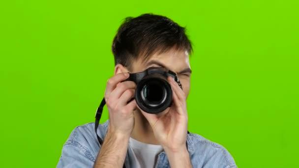 Fotograf macht schöne Bilder von verschiedenen berühmten Modellen. Green Screen