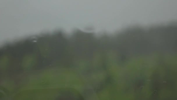Období dešťů, kapky deště padající na okno. Pomalé mition