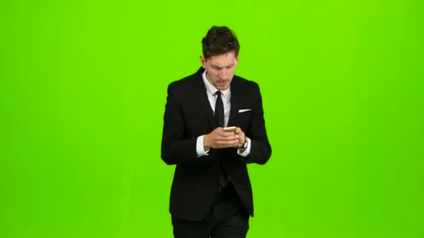 Geschäftsmann klingelt das Telefon, er ist spät und beginnt zu laufen. Green-screen