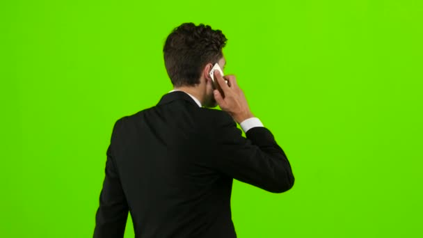 Mann geht zur Arbeit und telefoniert. Green Screen. zurück