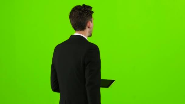 Geschäftsmann ist, zur Arbeit zu gehen und wichtige Nachrichten drucken. Green-Screen. Ansicht von hinten