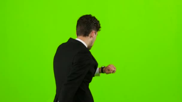 Geschäftsmann ist, klingelt bei ihm das Telefon und er spricht. Green Screen. zurück