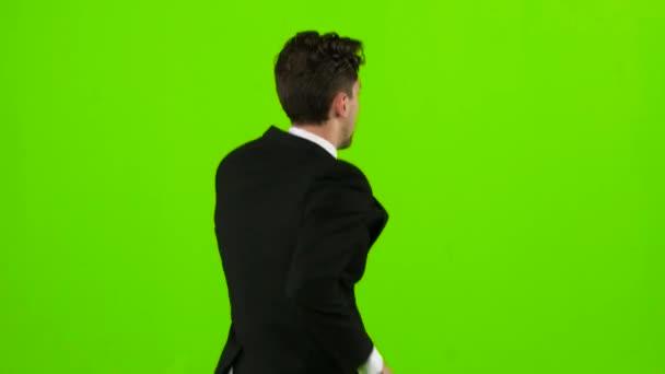Mann ist ein Telefon klingelt bei ihm und er spricht. Green Screen. zurück
