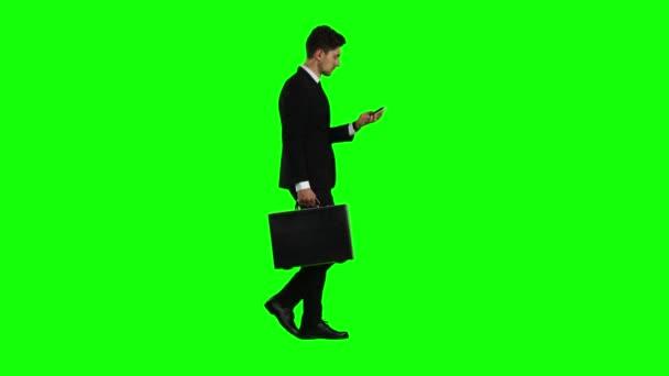 Unternehmer ist ein Diplomat, ein Telefon klingelt um ihn und er redet. Green-screen