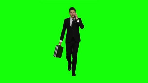 Geschäftsmann ist Diplomat, ein Telefon klingelt bei ihm und er spricht. Green Screen