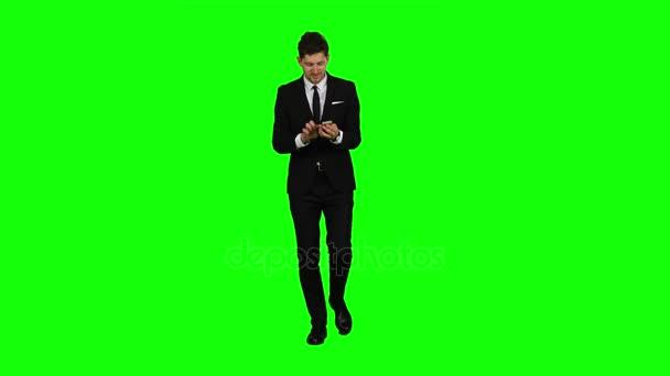 Geschäftsmann ist, zur Arbeit zu gehen und wichtige Nachrichten drucken. Green-screen