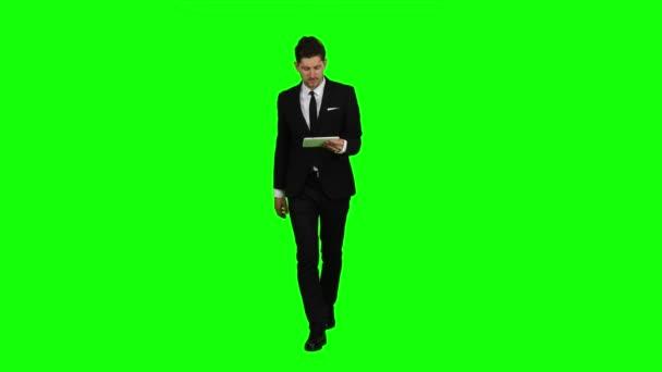 Geschäftsmann geht, Daumen ein Notebook und macht ein Selbstporträt. Green-screen