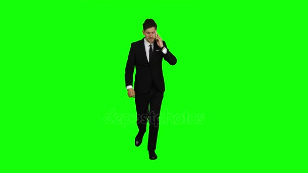 Guy eilt zu ihm das Telefon klingelt, er beginnt zu sprechen und laufen. Green-screen