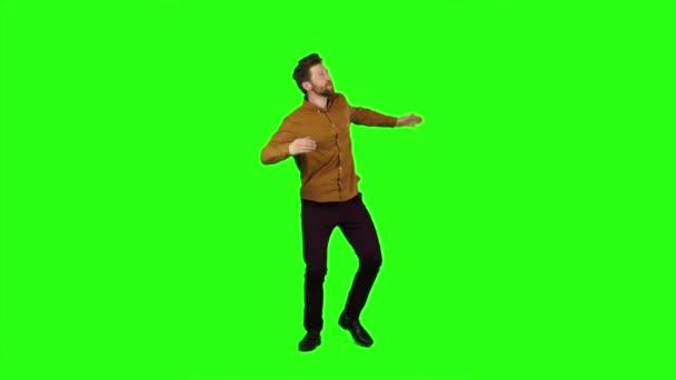 Chlap tancuje energicky, on se baví. Zelená obrazovka. Zpomalený pohyb