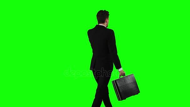 Mann zur Arbeit geht und spricht am Telefon. Green-screen