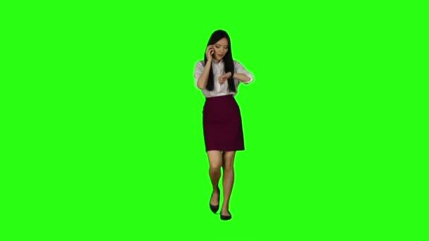 Mädchen geht zur Arbeit, ihr Telefon klingelt, sie beginnt zu laufen. Green-Screen. Slow-motion