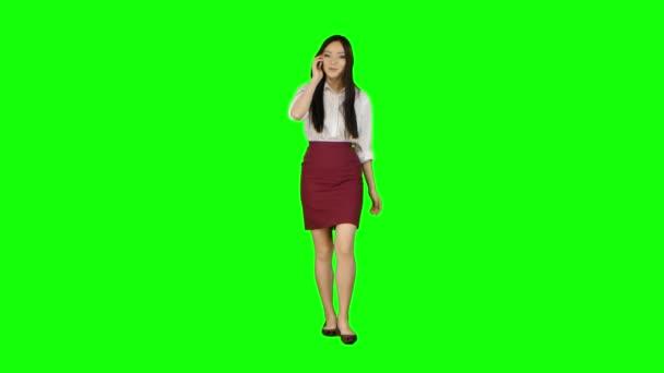 Manager lány megy neki csörög a telefon, és kezd beszélni. Zöld képernyő