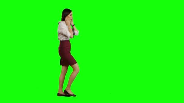 Asiatische Mädchen läuft und am Telefon zu sprechen. Green-screen