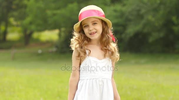 Dítě se točí v parku a užívání si přírody. Zpomalený pohyb