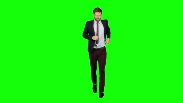 Az ember fut a telefon csörög neki, és beszél. Zöld képernyő