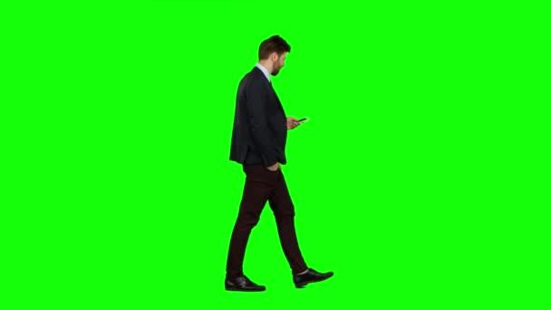Mann läuft die Straße hinunter, steckt die Hand in die Tasche und winkt. Green Screen