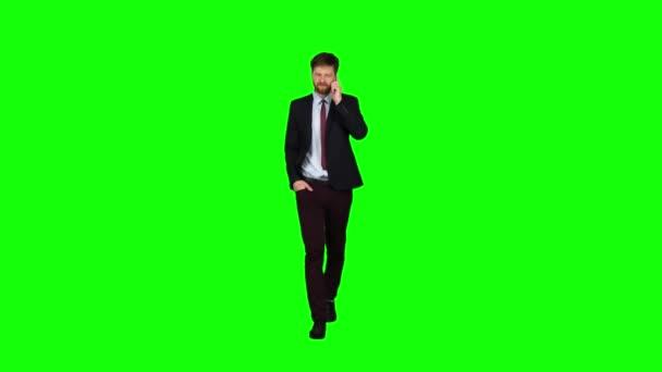 Geschäftsmann geht auf der Straße, legt seine Hand in seine Tasche und Wellen. Green-screen