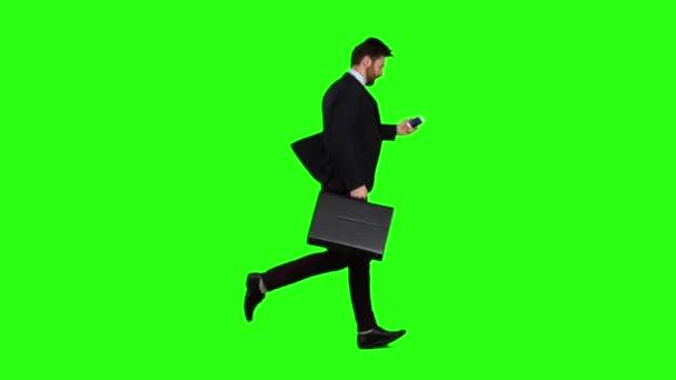 Man läuft zur Arbeit, versteht, dass er spät und beginnt zu laufen. Green-Screen. Slow-motion