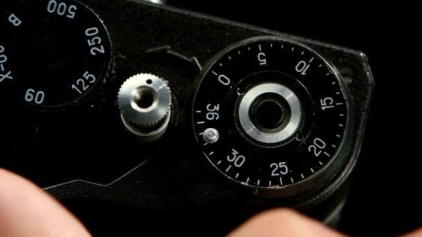 Tlačítko navíjení stisknutím film. Starý fotoaparát detailní zpomalené