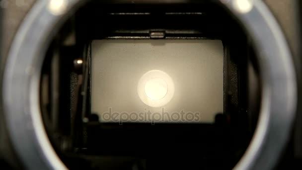 Blendenwechsel der Kamera in Zeitlupe. Nahaufnahme Kameraobjektiv
