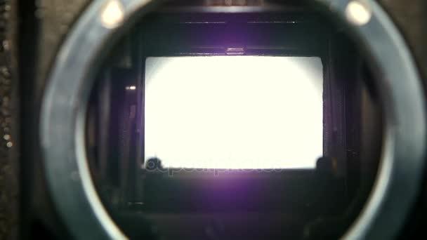 Nahaufnahme des Blende-Kamera-Shutter-Blades in Zeitlupe