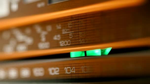 Staré retro rádio právě naladěn Otáčením regulátoru. Detailní záběr