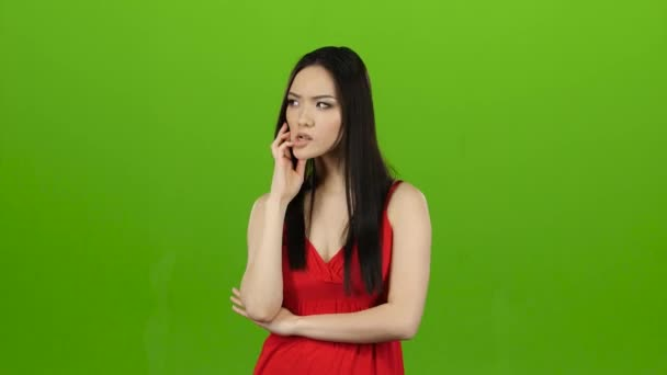 Dívka hledá odpovědi na otázky a najde řešení. Zelená obrazovka