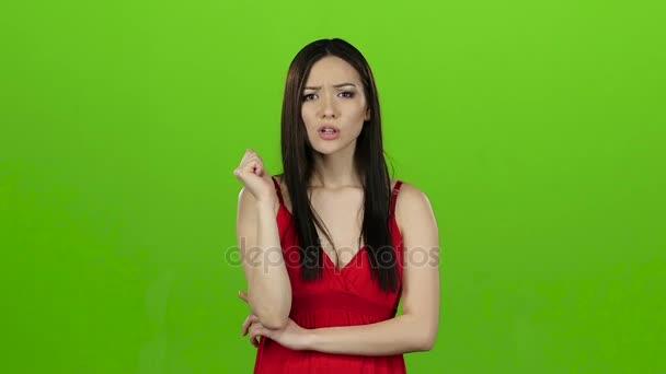 Dívka hledá odpovědi na otázky a najde řešení. Zelená obrazovka. Zpomalený pohyb