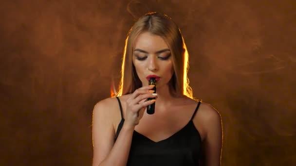 Видео ролик с блондинкой